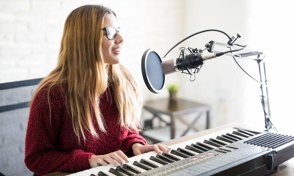 10 Aplikasi Lirik Lagu Online dan Offline Cocok untuk yang Hobi Nyanyi